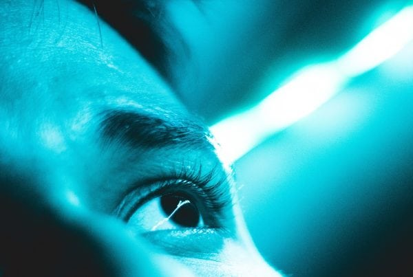 digitalna-transformacia-muzske-oko-modry-filter