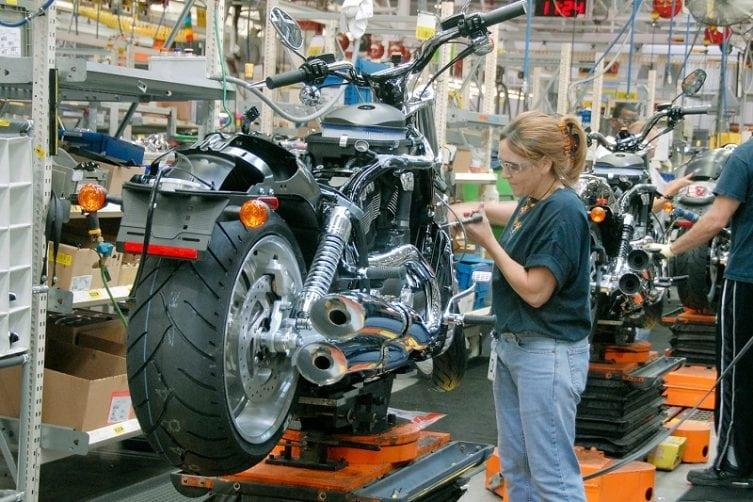 harley-davidson-industry4-motorka-digitalizacia-pasova-vyroba-zena-v-dielni