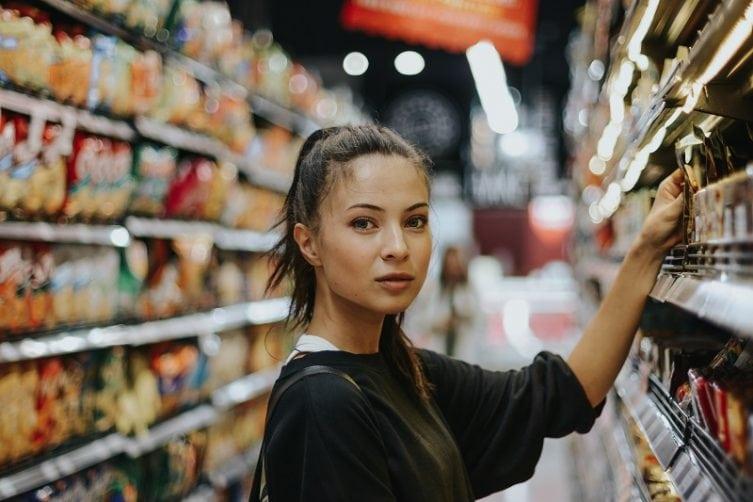 industry4-mlada-zena-v-obchode-nakup-produkt-na-mieru
