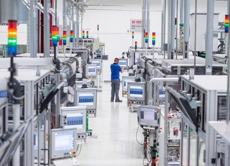 uspesna-digitalizacia-podnikov-industry4-roboty-muz-vo-vyrobnej-hale-automatizacia-vyroby-pocitacom-riadene-stroje