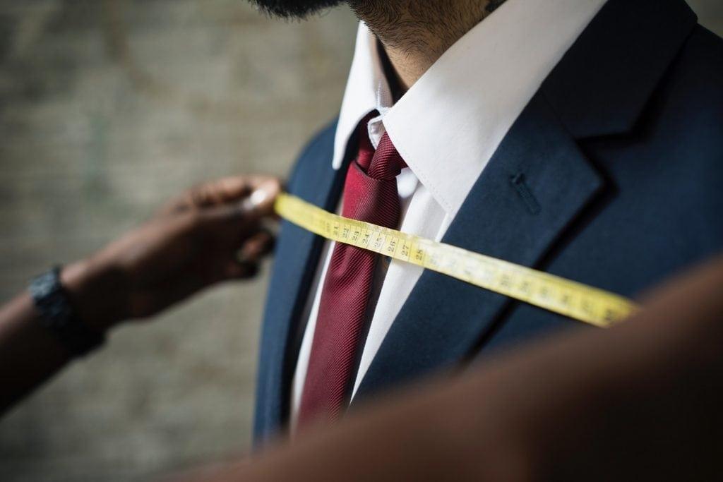 personalizovane-produkty-na-mieru-hyperpersonalizacia-muz-v-obleku-meranie-krajcisrkym-metrom
